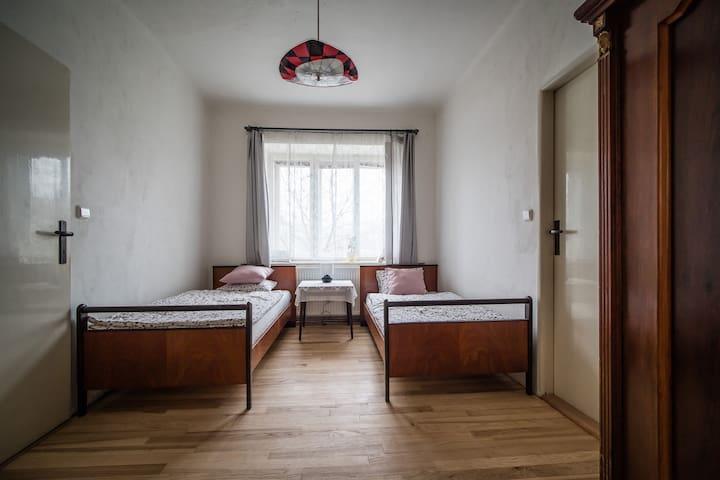 Průchozí dvoulůžkový pokoj