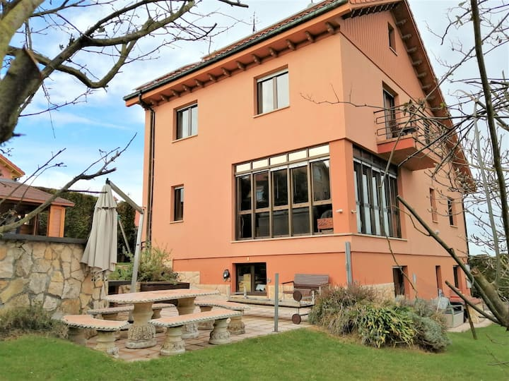 Beautiful villa with a big hot tub, 5' from Oviedo