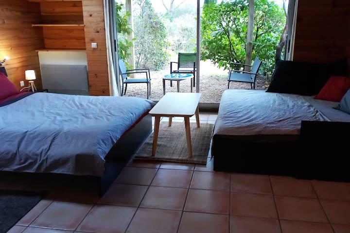 32m2 studio : 2 x 160cm beds