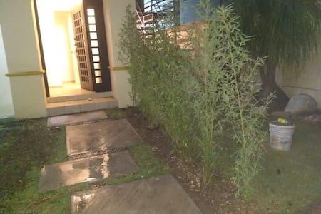 La entrada de la casa es plana y con camino de concreto