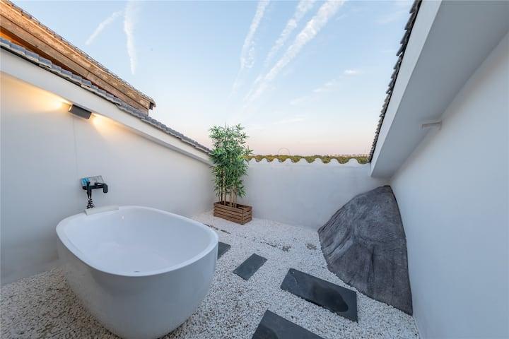 花博汇|带私人客厅+投影|观景露台浴缸|白色别墅中的大套房