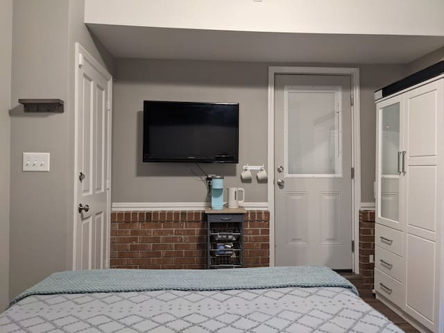 Flat screen TV with Roku & YouTube TV, bluetooth sound bar, Keurig & water kettle, many tea and coffee options. Large wardrobe offers plenty of space for hanging and folded clothes for an extended stay.
