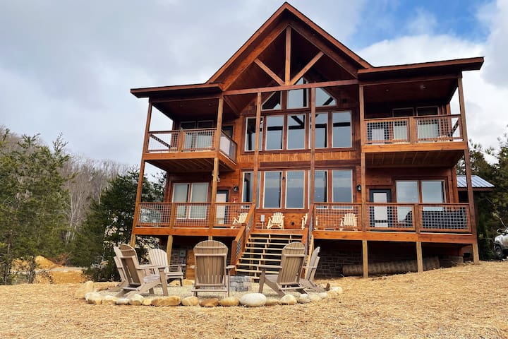 New Cabin with Breathtaking Views from every room!