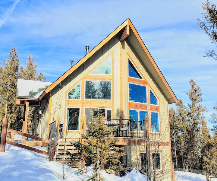 NEW Coyote Den Lodge, Mountain Views-Pet Friendly!