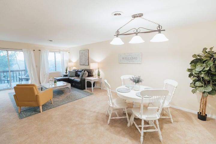 Stylish, elegant get away w/ King Bed &deck views!