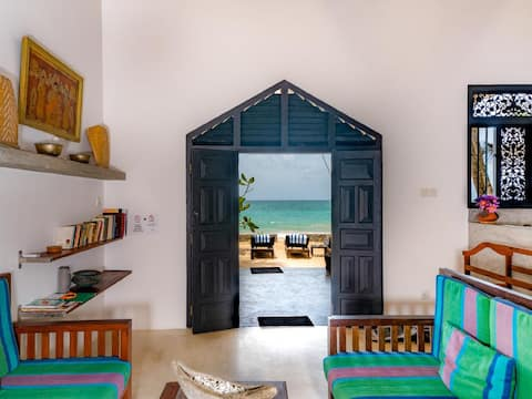 """Blue parrot villa""   Right on the beach"