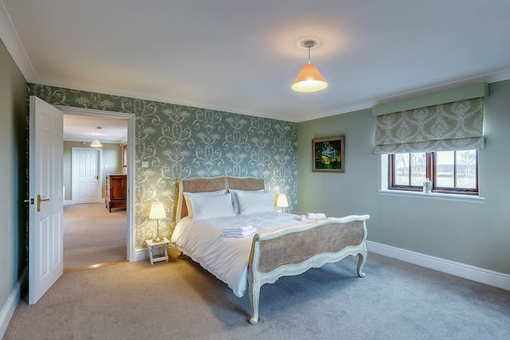 Bedroom 2  Kingsize bed with shared Jack & Jill bathroom and built in storage cupboard for clothes & luggage