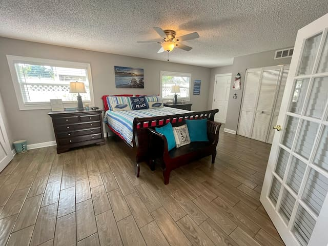 Villa 2 - Bedroom: King size bed