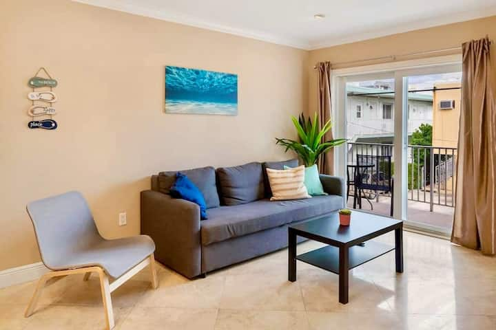 Sunny 2Br w/private parking, 5 min walk to Beach!