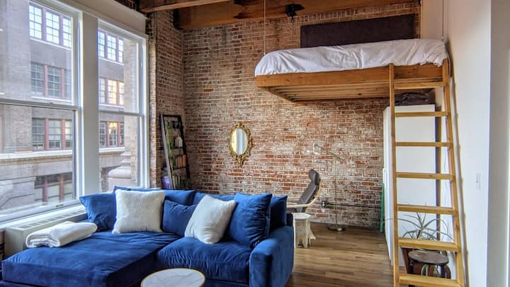Chic downtown Loft right next to live Jazz!