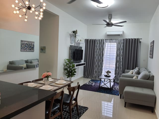 Warm & Cozy Suburban Retreat High Rise, The Olive