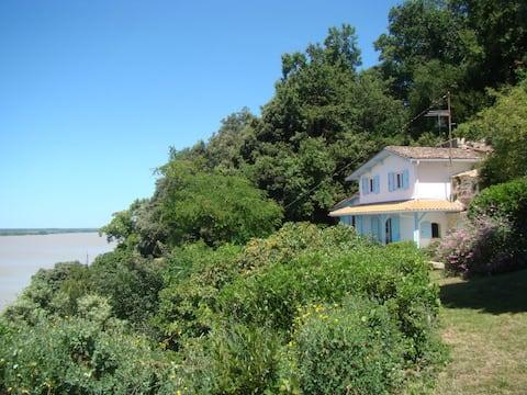 Maison dans falaise devant estuaire de la Gironde