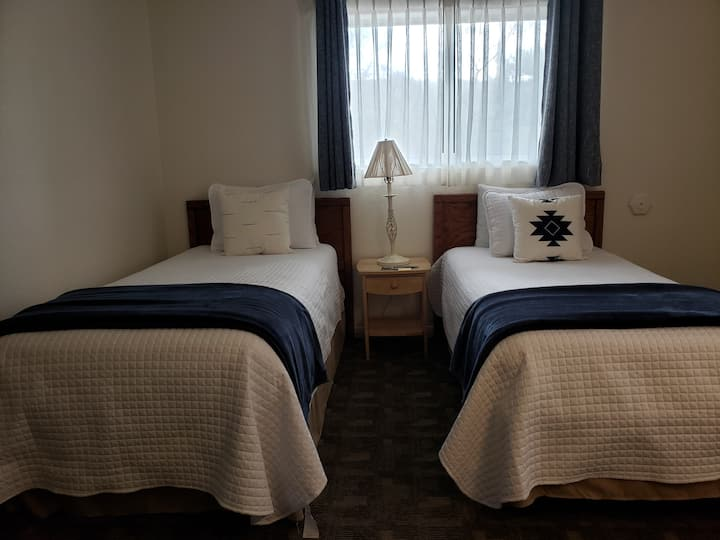 """""""A Quiet Dbl Twin Room, close to Uptown Sedona"""""""
