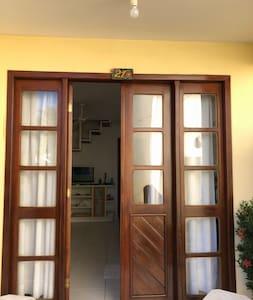 A porta está aberta pela metade na foto.