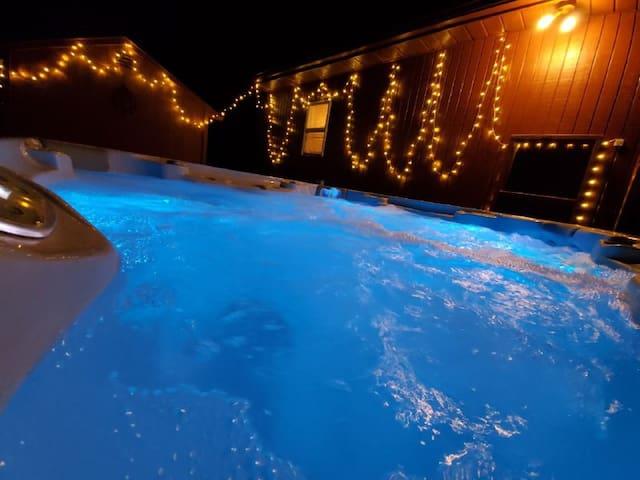 New renovated cabin in Havana/Big Hot Tub outdoor