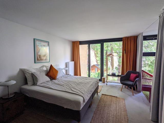 BEDROOM : KING-SIZE BED, 5 PILLOWS, GOOD MATRESS