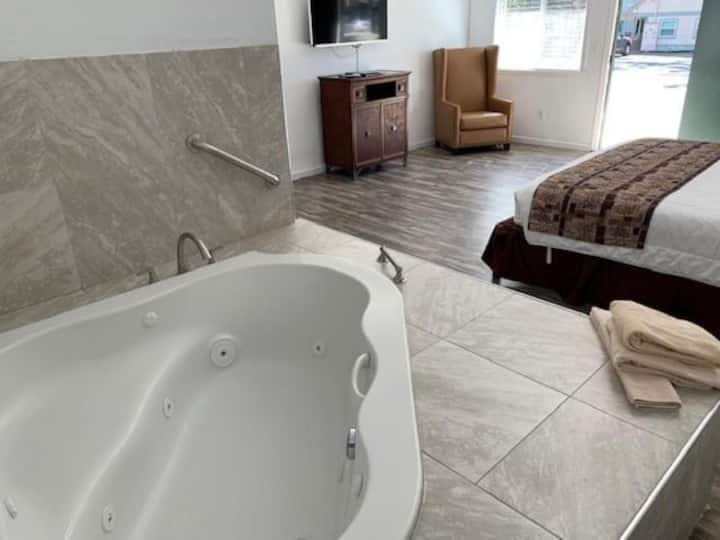 1 King Bed Suite Jacuzzi tub: Downtown Inn / lodge