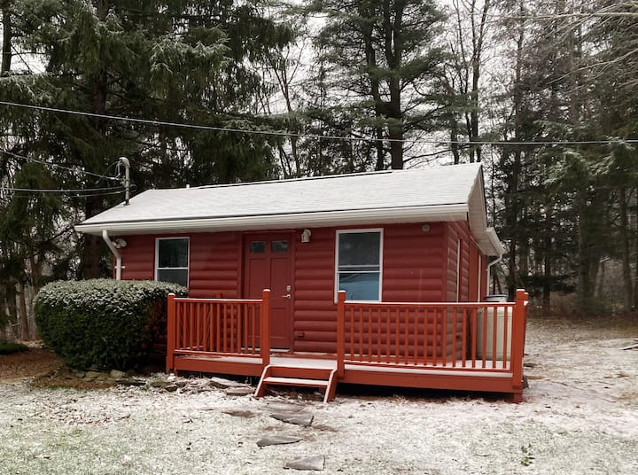 Charming Red Cabin minutes from Camelback