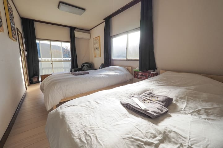 Room B  2F シングルベッド2台
