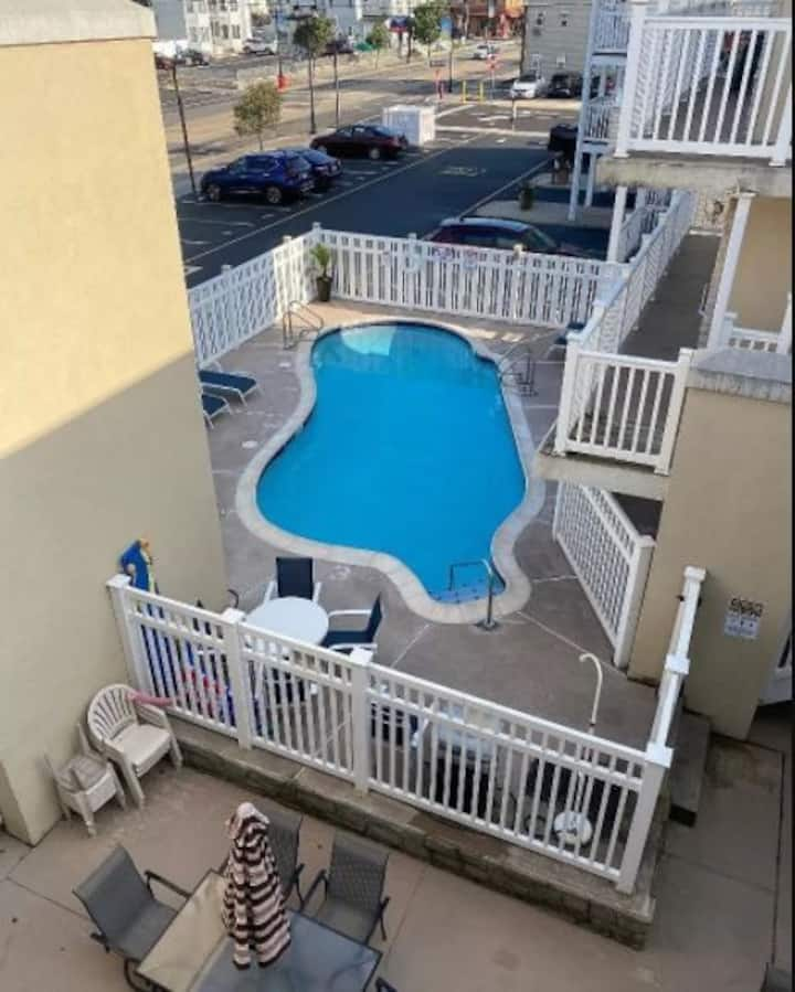 Condo w/pool 1 block from beach w/ parking spot