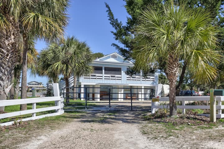 """Shell Point Beach House With """"Old Florida"""" Charm"""