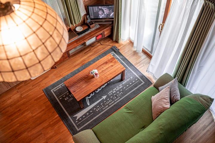 吹き抜けのある開放的なログハウス調 貸別荘  ココティエ(COCOTIER)