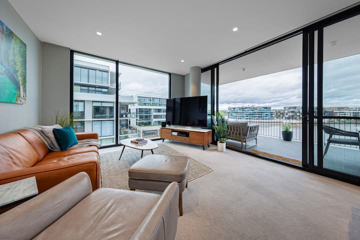 2 BR waterfront Kingston Foreshore, free car space