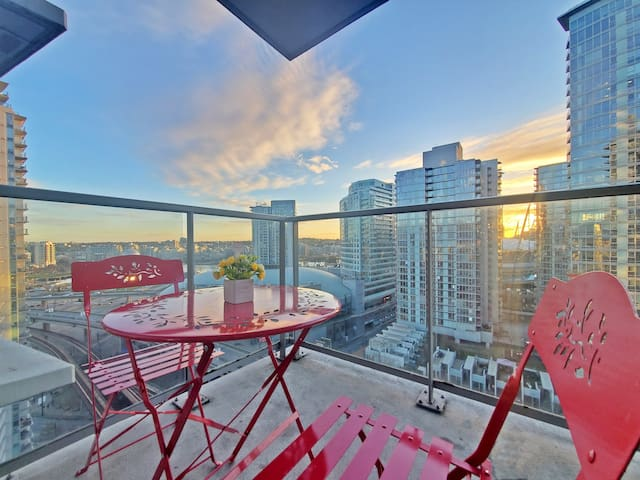 Luxury home w/ City View + Free Parking Long Term