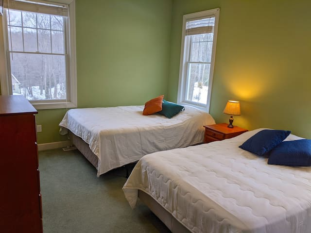 Bedroom 5 with 1 double and 1 queen bed - upper level