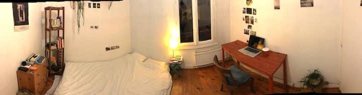 une chambre dans une maison à Montreuil.