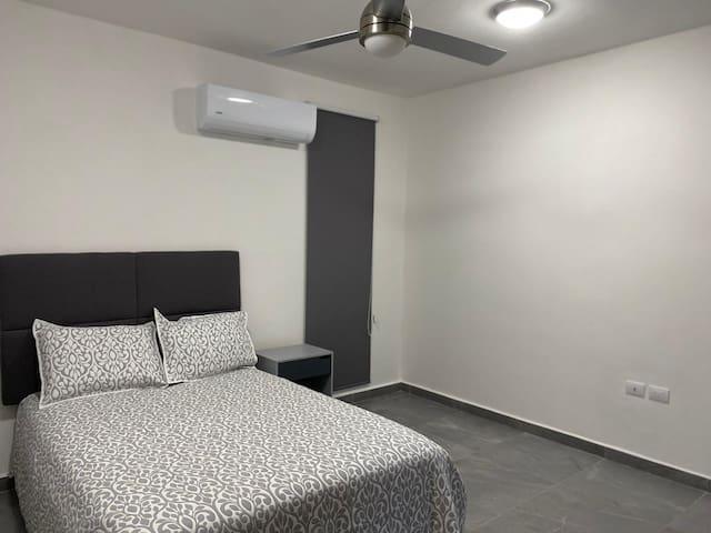 Habitación 1 - Aire acondicionado   - Baño completo  - Closet   - Cama matrimonial - Buró  - Base de cama y cabecera en tela tipo lino