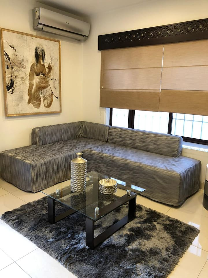 Modern and spacious suite 10min from airport