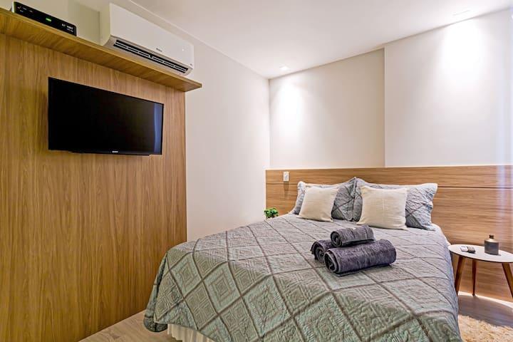 """Suite casal com ar condicionado - SmartTV de 32"""" com NetFlix e TV a cabo - Cama Queen Size"""