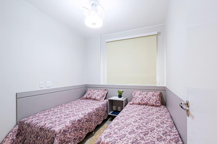 Quarto com 2 camas de solteiro Ventilador de teto