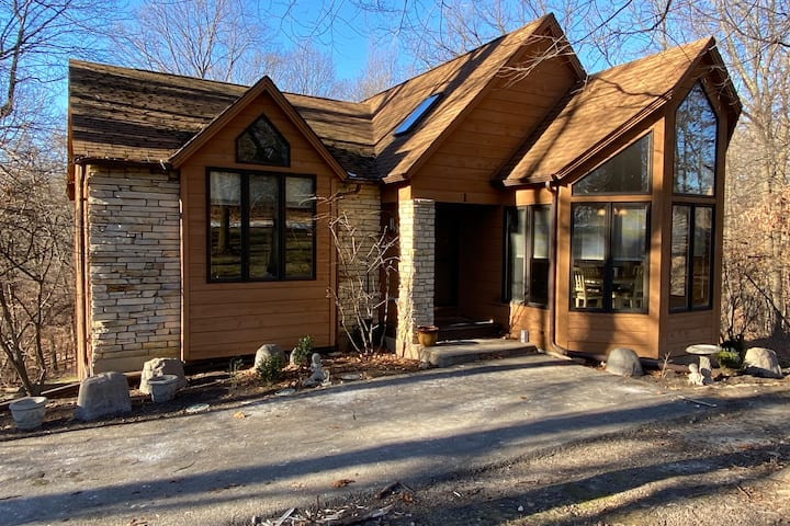 Beautiful Private Wooded Lot, Fireplace, Whirlpool
