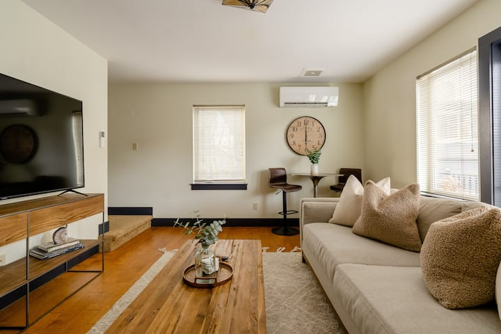 Warm & Comfortable Apartment steps from Hawthorne