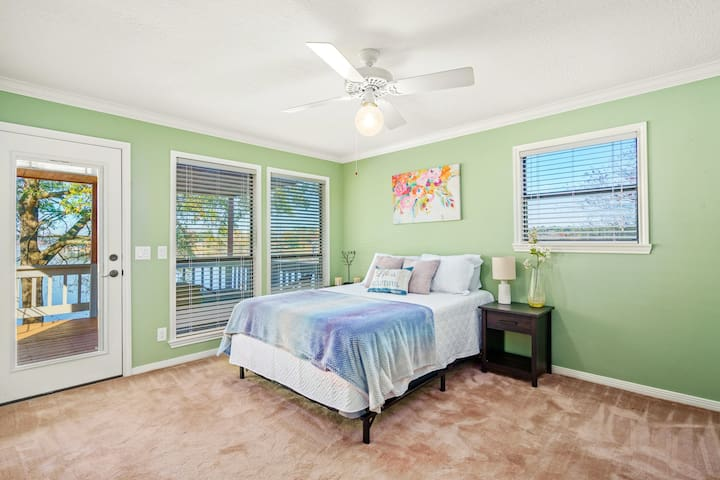 """*Main Bedroom* -Breathtaking Lake views -In-Suite Bathroom -32"""" SmartTV  -Private Waterfront Balcony -Plush Queen Mattress & Pillows -Ceiling fan -Large Duel Closets & Clothing Storage"""