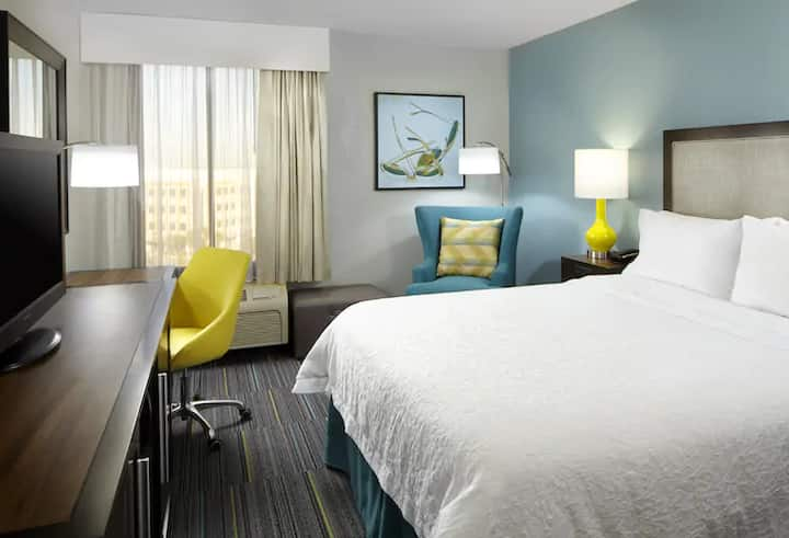 Queen Hotel Room + Parking/ 5 minutes to Universal