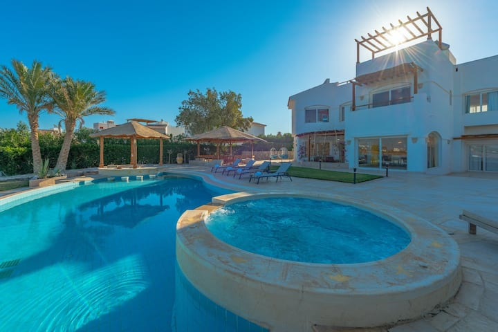 4BR Villa with Heated Pool, Jacuzzi & Lagoon View