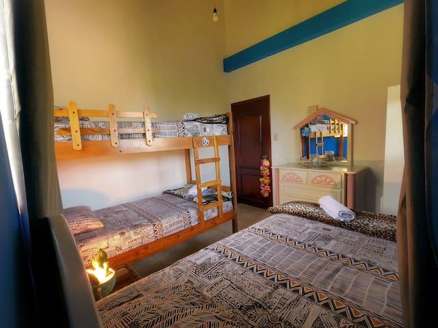 Habitación con 3 camas de plaza y media muy amplias!