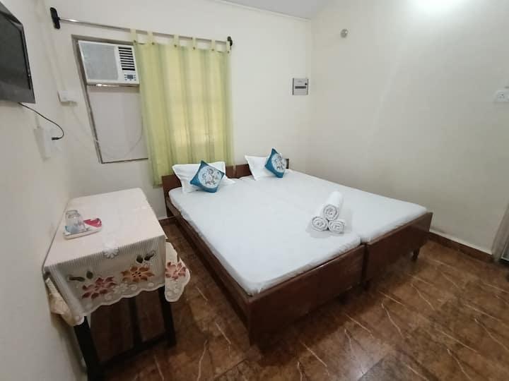 Tito's Lane Guest House Baga Beach Room 1