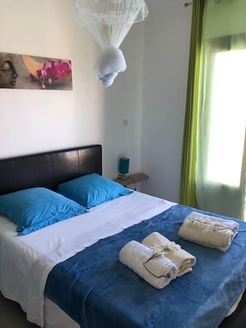 Chambre donnant sur la piscine avec lit double