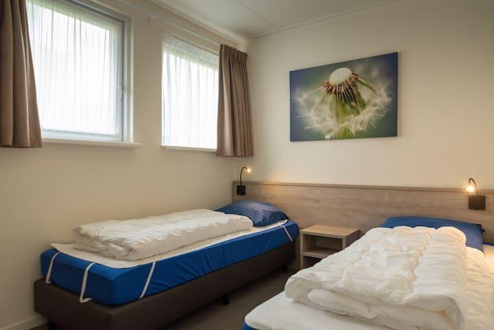 Slaapkamer 3. Deze is even groot als slaapkamer 2 en ook hier 2 eenpersoons bedden en kledingkast.