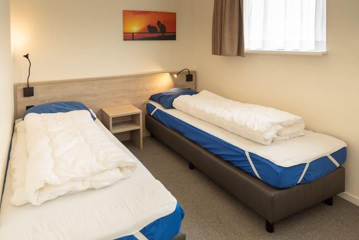 Slaapkamer 2. Hier is, naast de 2 eenpersoonsbedden, ook een kledingkast.