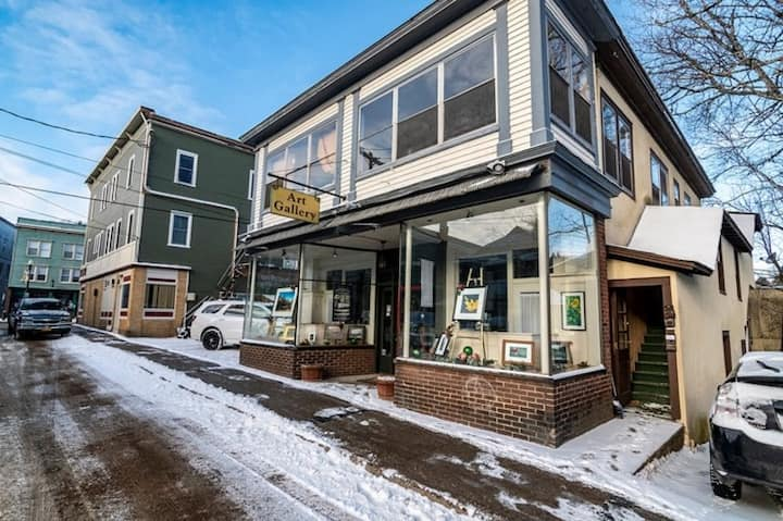 Downtown Saranac Lake studio w/ loft bed!