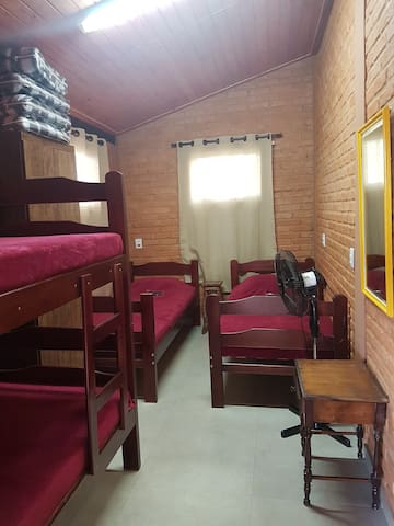 Quarto 3 com 2 camas e 1 beliche.