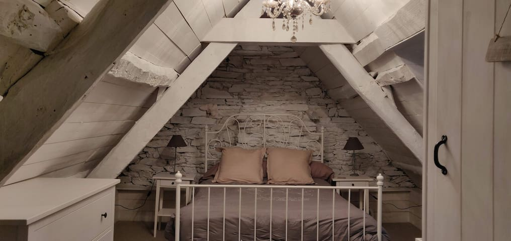 A l'étage, une première chambre avec un lit double et un petit cabinet avec WC et lavabo.
