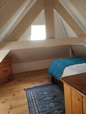 Deuxième petite chambre à l'étage. Il s'agit d'une chambre mansardée donc accessible pour un ou deux jeunes enfants. Elle est déconseillée aux adultes.