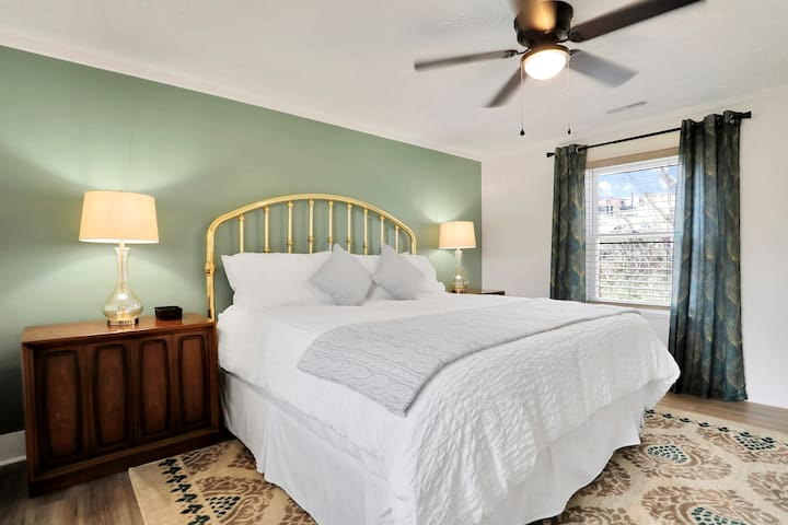 King Size Bedroom (2nd Fl)