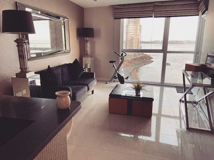 Luxury Modern Waterfront Apartment - Cardiff Bay